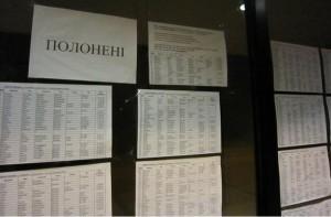 Danh sách người mất tích được đính bên ngoài các văn phòng chính quyền khu vực