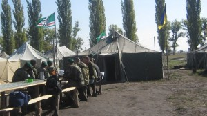 Cờ Chechnya và cờ Ukraina tại một trại huấn luyện của tiểu đoàn tình nguyện bên ngoài Dnipropetrovsk