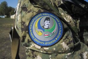 Một người Chechnya sống lưu vong  cho phóng viên thấy huy hiệu tiểu đoàn của ông với hình ảnh của cố Tổng thống Chechnya Dzhokhar Dudayev
