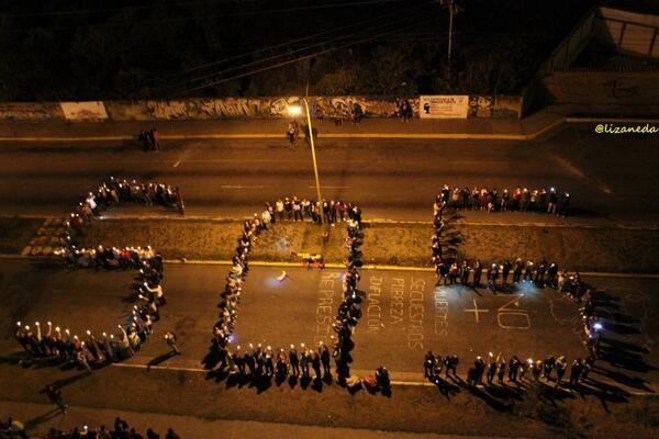 """Người biểu tình đứng xếp thành dòng chữ """"SOS""""."""