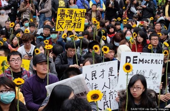 Sinh viên biểu tình mang theo hoa hướng dương.