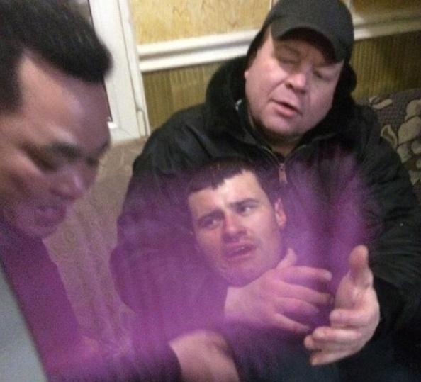 Hình ảnh tên cướp bị khống chế do người dân chụp được.