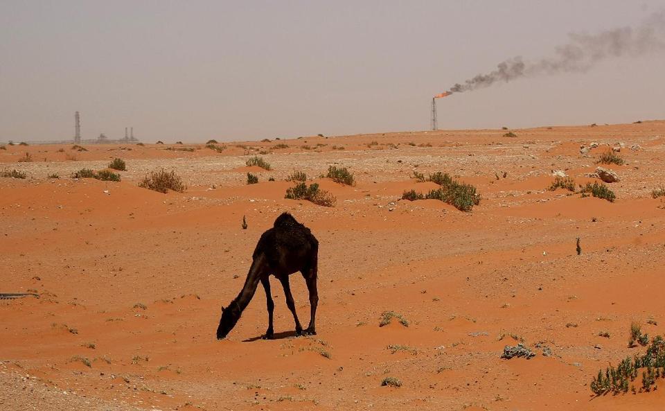 Ngọn lửa từ một giếng dầu của Arab Saudi trong sa mạc gần khu vực giàu dầu mỏ của Khouris