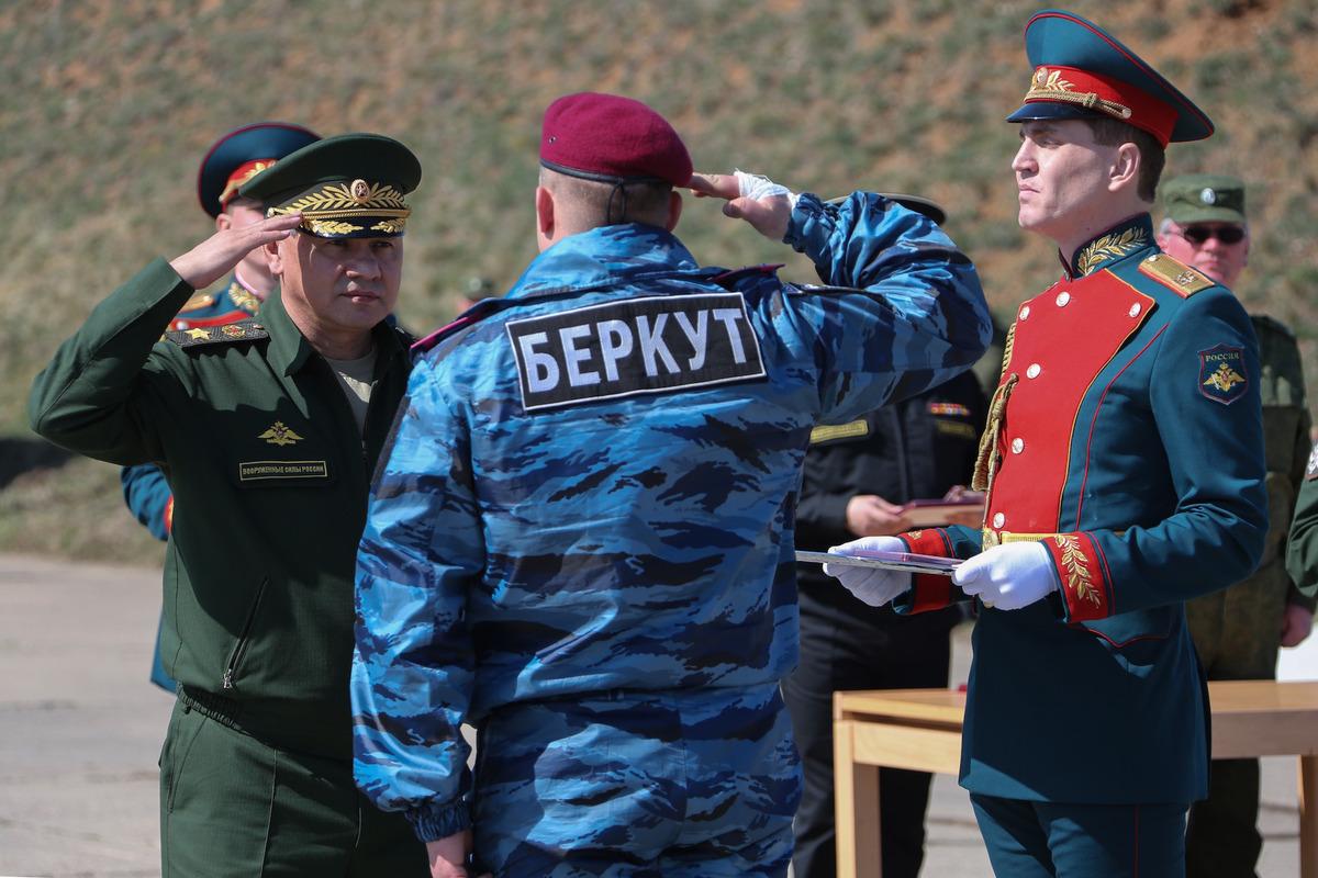 """Trong bức ảnh này được cung cấp bởi Bộ Quốc phòng Nga, Bộ trưởng Quốc phòng Nga Sergei Shoigu, trao giải thưởng cho một cựu cán bộ lực lượng đặc nhiệm """"Berkut"""" Ukraine  tại một căn cứ quân sự ở Sevastopol, Crimea, thứ Hai 24 tháng 3, 2014."""