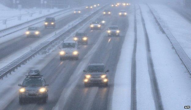 Tuyết phủ kín đường cao tốc ở miền tây nước Đức  tại Recklinghausen