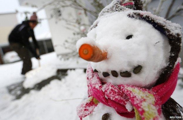 Trong  thành phố trong khu vực Hesse của Đức, một số người đã đắp những bức tượng bằng tuyết.
