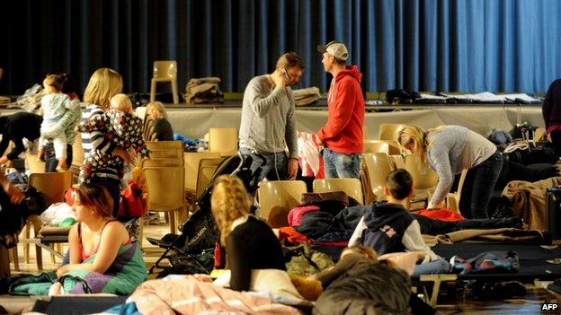 Nhiều du khách đã phải tá túc trong các trung tâm của địa phương và hội trường của cộng đồng vào sáng Chủ nhật