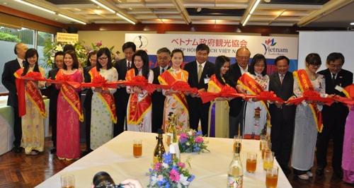 Lễ cắt băng khánh thành văn phòng du lịch Việt Nam tại Nhật Bản.