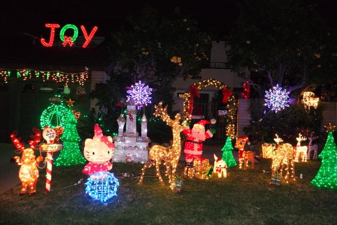 Nhiều gia đình mang về những cây thông Noel lớn và những con vật trang trí khiến hiên nhà trở nên sống động khác hẳn ngày thường.