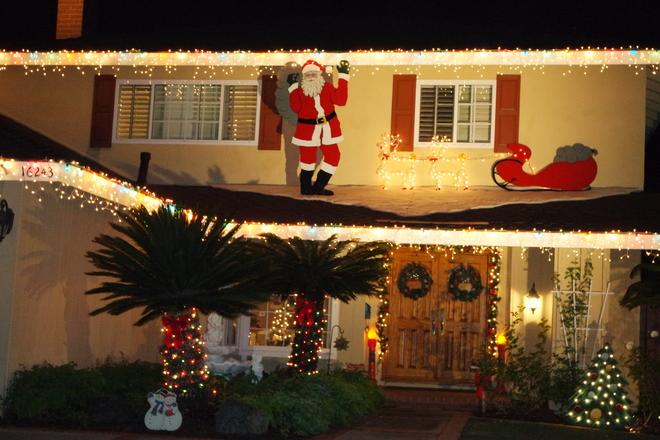 Đèn điện và hình trang trí được giăng mắc từ mái nhà xuống đến sân.