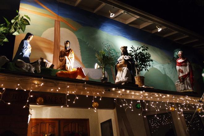 Khu phố này khi xưa chủ yếu chỉ có người Mỹ sinh sống nhưng hiện nay nhiều gia đình người Việt cũng đến cư ngụ. Họ cũng kỳ công trang trí để khiến ngôi nhà của mình trở nên lung linh vào dịp Noel.