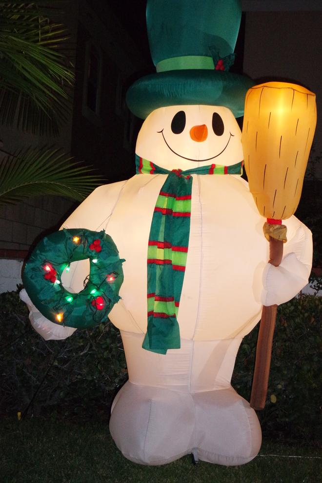 Hình nộm người tuyết ngộ nghĩnh như lính gác cổng nhà vào đêm Noel.