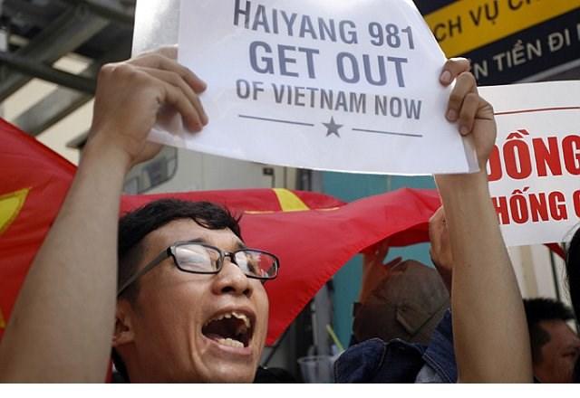 Người dân Việt Nam biểu thị tinh thần yêu nước và phản đối giàn khoan Hải Dương 981 xâm phạm vùng đặc quyền kinh tế và thềm lục địa của Việt Nam.