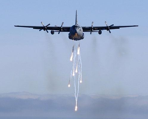 C-130E phóng pháo sáng
