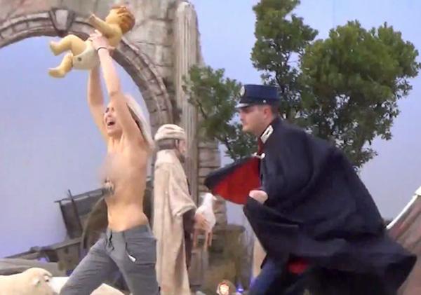 Thủ lãnh nhóm ngực trần Femen táo tợn cướp tượng Chúa Jesus tại hang đá trên quảng trường Thánh Peter ở Vatican ngày 25.12.2014 - Ảnh cắt từ clip