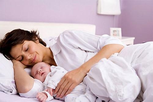 Bạn có thể có quá nhiều sữa. Một số phụ nữ có phản xạ phóng sữa mạnh khiến cho vòi sữa bị phun và rỉ ra ở khắp mọi thời điểm, thậm chí trẻ còn bị sặc và ngạt khi sữa mẹ chảy quá nhanh. Trong trường hợp này hãy gặp bác sĩ để hạn chế tình trạng này.