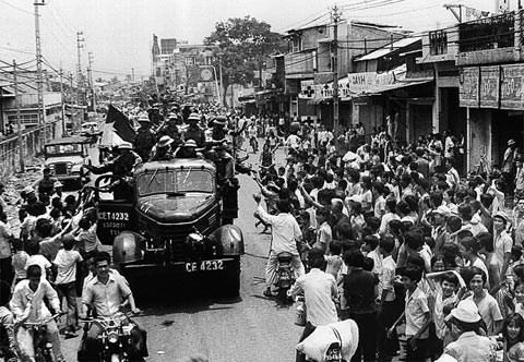 Nhân dân Sài Gòn nô nức đổ ra đường đón Quân giải phóng. Ảnh tư liệu.