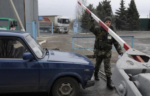 Binh sĩ kiểm soát biên giới Ukraine.