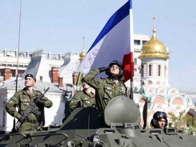 Các binh sĩ Nga đang diễu binh chào mừng Crimea sáp nhập Nga.