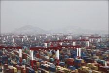 Cảng biển nước sâu Dương Sơn ở vịnh Hàng Châu, phía nam Thượng Hải - cảng container lớn nhất thế giới hiện nay.