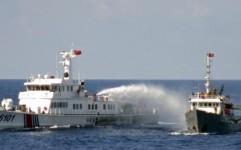Tàu Trung Quốc phun vòi rồng vào tàu Việt Nam trên Biển Đông