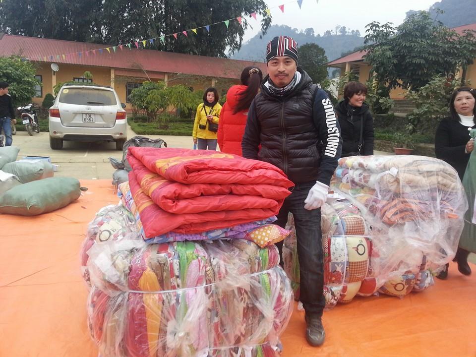 Ông Nguyễn Vũ Anh, Phó TBT báo KÝGIẢ.NET, và là thành viên tích cực của Chăn Ấm đã mang 60 chăn lên Nậm Chảy, Mường Khương, Lào Cai (28/12/2014)