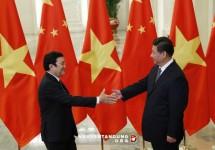 Chủ tịch nước Việt Nam Trương Tấn Sang (trái) và Chủ tịch Trung Quốc, chủ nhà của hội nghị cấp cao APEC, tại Bắc Kinh. Ảnh: Reuters.