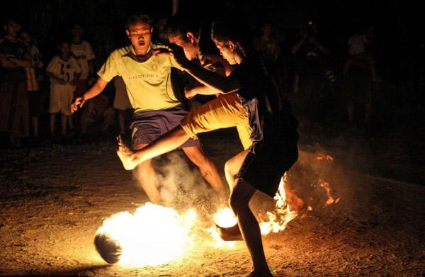 """Một nhóm các bạn trẻ Indonesia đang chơi """"đá bóng lửa"""""""