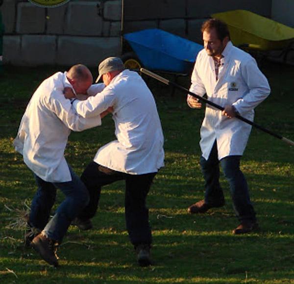 """Một cuộc thi đá ống đồng – """"shin kicking"""" diễn ra tại Anh."""