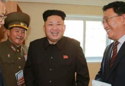 """Thực tế, ông Kim Jong-un đã để lông mày """"kiểu 1/2"""" từ lâu. Trong ảnh, ông Kim đi thị sát hôm 14/10, sau hơn 40 ngày """"mất tích""""."""