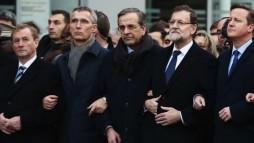 Các nhà lãnh đạo thế giới tay trong tay tham gia cuộc tuần hành đoàn kết chống khủng bố ở Paris. (Ảnh: CNN)