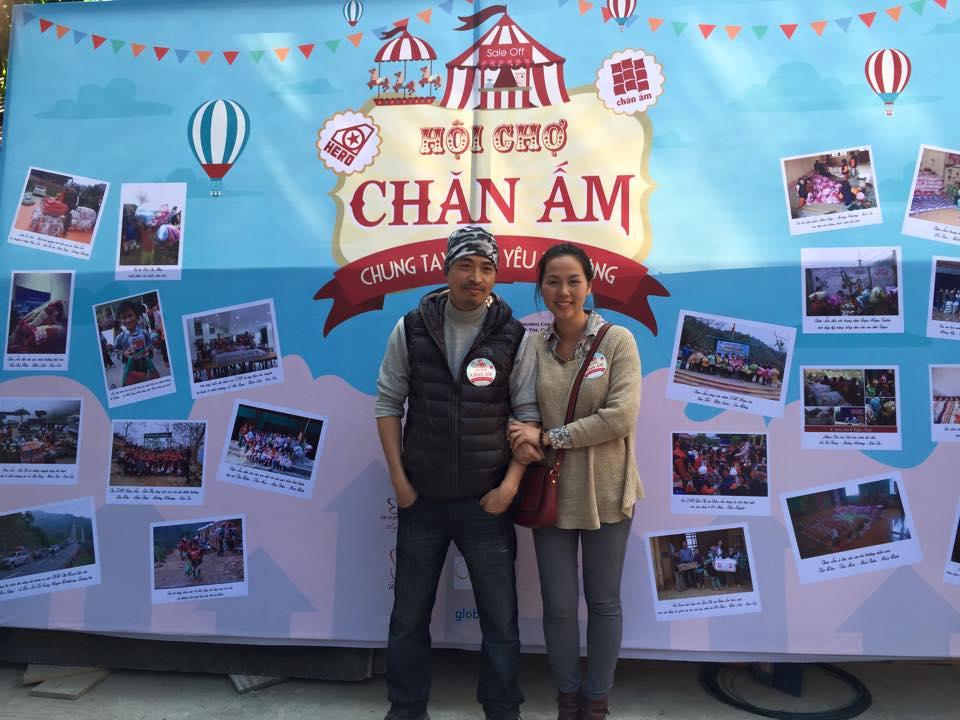 Ông Nguyễn Vũ Anh, phó TBT báo KÝGIẢ.NET chụp ảnh lưu niệm cùng một bạn tình nguyện viên.
