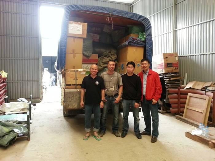 Chiếc xe tải 3,5 tấn đã xếp đầy chăn ấm, áo ấm, ủng, khăn ấm và bánh kẹo cho chuyến đi Nậm Chà chiều nay của các TNV Chăn Ấm, Giỏ Thị, Ford Thủ Đô.