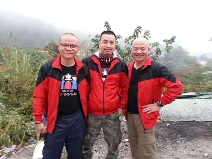 Nhà văn Phạm Ngọc Tiến (ngoài cùng bên phải) chụp ảnh cùng ông Nguyễn Vũ Anh (giữa) và một tình nguyện viên.