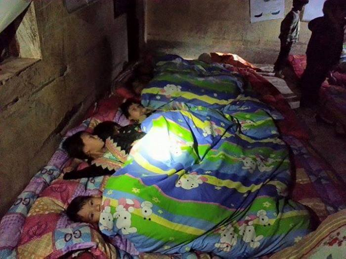 Chăn Ấm đã đến với Nậm Chà. Các cháu trong ảnh đã đi bộ 8 km đến trường buổi tối để sáng hôm sau nhận quà