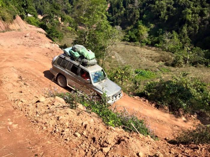 Chuyến đi khá vất vả và nguy hiểm khi đoàn phải vượt qua nhiều đoạn ghềnh, thác hiểm trở, treo leo