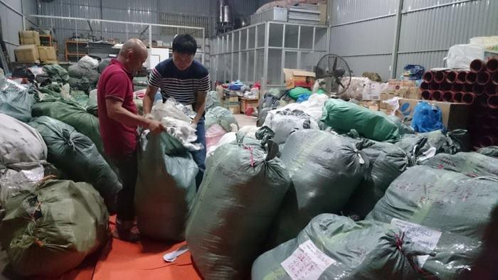 Chiều tối 28/01/2015, đại diện Chăn Ấm là anh Vũ Anh Nguyễn (PTBT kygia.net) và nhóm bạn Giỏ Thị, FORD Thủ đô cùng nhau lên Lai Châu. Các TNV hỗ trợ bốc hàng lên xe tải để đi trước.