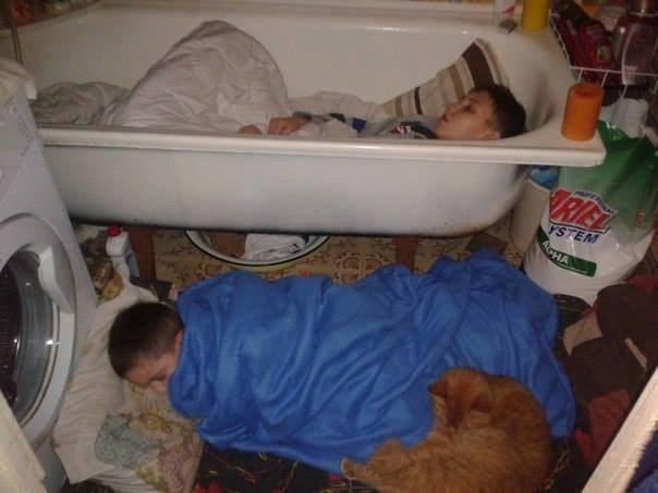 Trong vùng chiến sự ác liệt này, cuộc sống của người dân trở nên hết sức khó khăn. Các em nhỏ được người lớn bố trí vào tá túc ở phòng tắm.