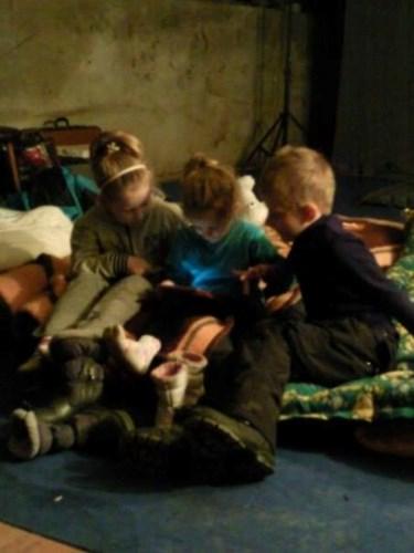 Cảnh các em nhỏ ngồi trú ở căn phòng đang túm tụm ngồi xem cùng nhau.