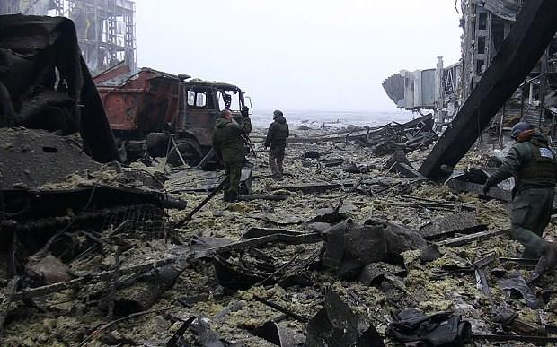Ở một diễn biến mới nhất, trên trang Facebook, tiểu đoàn tiễu phạt Azov thông báo, lực lượng binh sĩ Kiev đã rút lui khỏi sân bay này. Trong ảnh, các chiến binh ly khai thân Nga đang dọn dẹp đống đổ nát ở sân bay Donetsk, nơi chỉ 1 năm trước đây là công trình được cho là hiện đại bậc nhất vùng miền đông Ukraine. Tuy nhiên, thông tin trên vẫn chưa được các bên xác nhận.