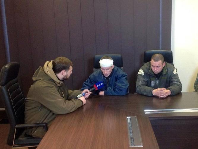 Một vài ngày trước đó, lực lượng ly khai của Cộng hòa Nhân dân Donetsk (DPR) tuyên bố, họ đã bắt giữ 7 quân nhân Ukraine khi những người này cố gắng tấn công vào các vị trí của ly khai. Các quân nhân Ukraine bị bắt giữ (ảnh trên) xuất hiện ở buổi họp báo do chính quyền DPR tự xưng tổ chức.