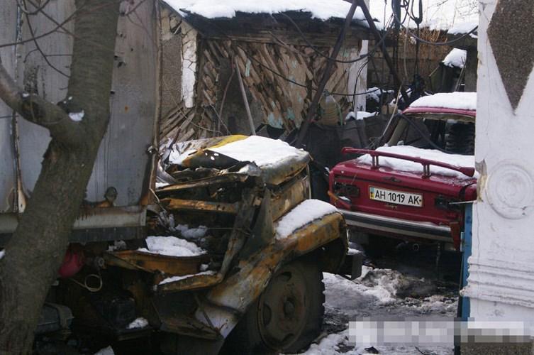 """Trong khi đó, các vụ pháo kích hạng nặng """"chưa từng có"""" đã diễn ra trong thời gian này ở Donbass, gây nên những thương vong về người và của. Quang cảnh của một ngôi nhà dân vùng đông Ukraine sau một vụ nã pháo."""
