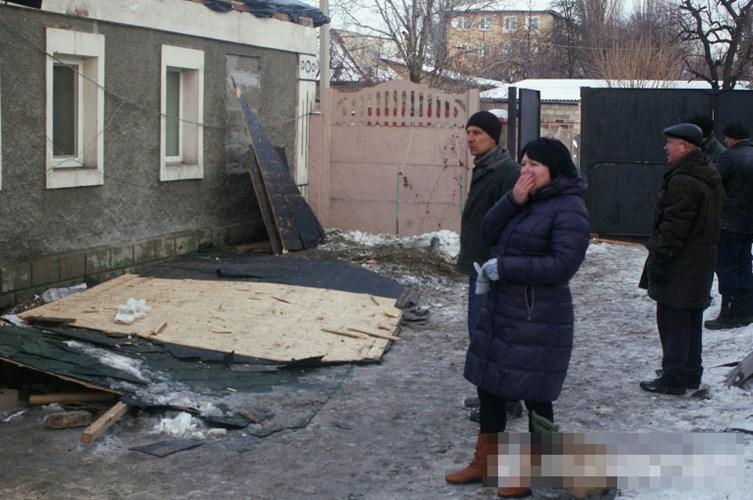 Người phụ nữ bật khóc khi trông thấy căn nhà mình bị hư hại.