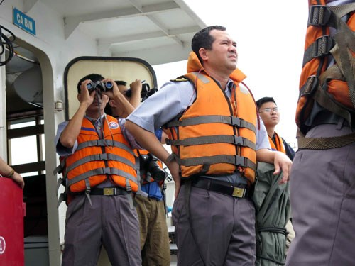 Thuyền trưởng Lê Minh Phúc (đứng giữa) ra ngoài mặt boong tàu KN-22 quan sát mặt biển, ra mệnh lệnh chỉ huy - Ảnh: Độc Lập