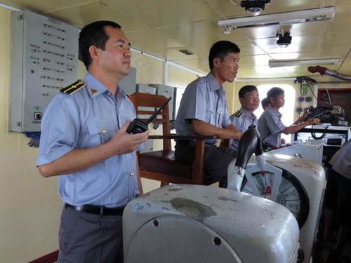 Thuyền trưởng Lê Minh Phúc (đầu tiên từ trái qua phải) và kíp điều khiển con tàu làm nhiệm vụ trên vùng biển Hoàng Sa - Ảnh: Độc Lập