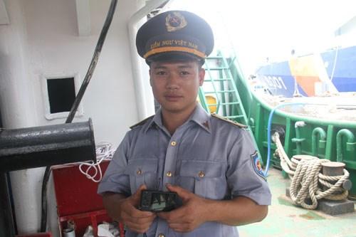 Kiểm ngư viên Vũ Hoàng Sơn, tàu KN-951 và chiếc máy ảnh mất nắp -  Ảnh: Tùng Sâm
