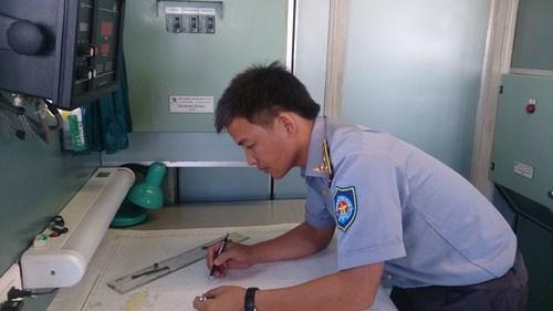 Thuyền trưởng Nguyễn Xuân Hưng, tàu KN-766 tác nghiệp trên bản đồ - Ảnh: Mai Thanh Hải