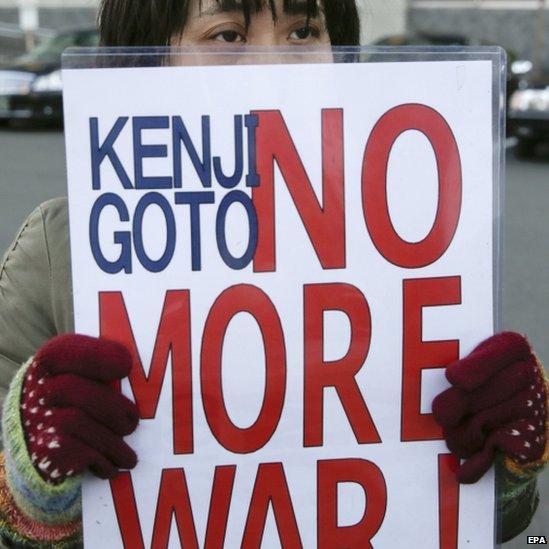 """Người dân Nhật bản giơ biểu ngữ """"Kenji Goto: không gây chiến"""" sau khi nhà báo Goto bị IS sát hại (ảnh: EPA)"""