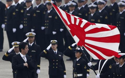 Thủ tướng Shinzo Abe duyệt đội danh dự của Lực lượng phòng không tháng 10/2014 (ảnh: Reuters)