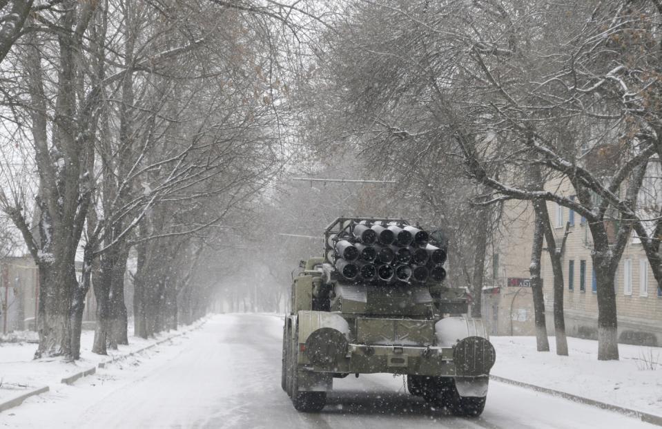 """Một chiếc xe tải Ukraine với hệ thống tên lửa """"Smerch"""" chạy trên đường phố của Artemivsk, Ukraine, Thứ Hai 16 Tháng Hai, 2015."""
